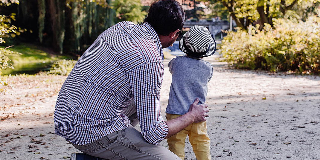 Father and son (Pixabay freestockphotos)