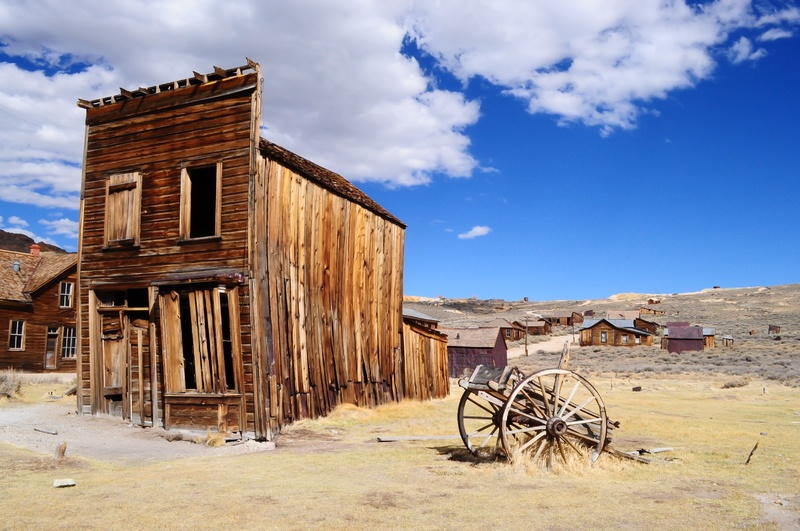A crumbling building in a dry desert ghost town